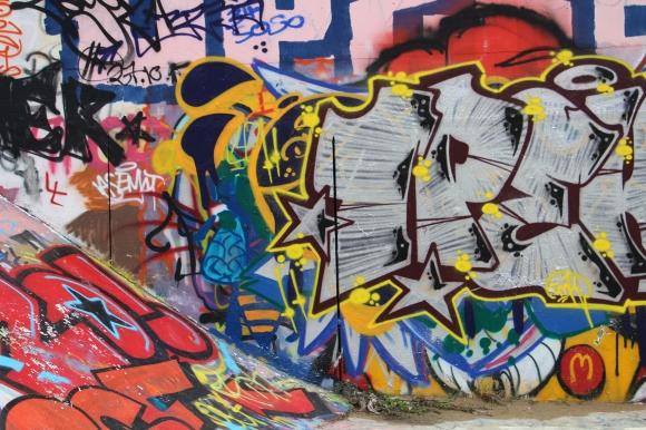 Série de graffitis sur les quais du Verdanson