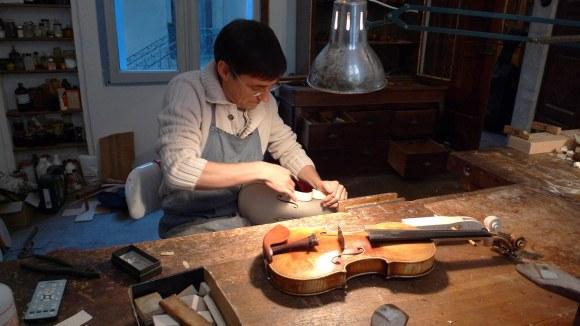 Frédéric Chaudière, luthier de Montpellier, à son atelier